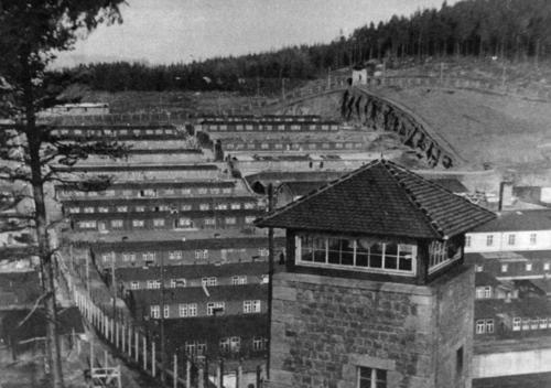 Wachturm und Baracken des Konzentrationslagers Flossenbürg