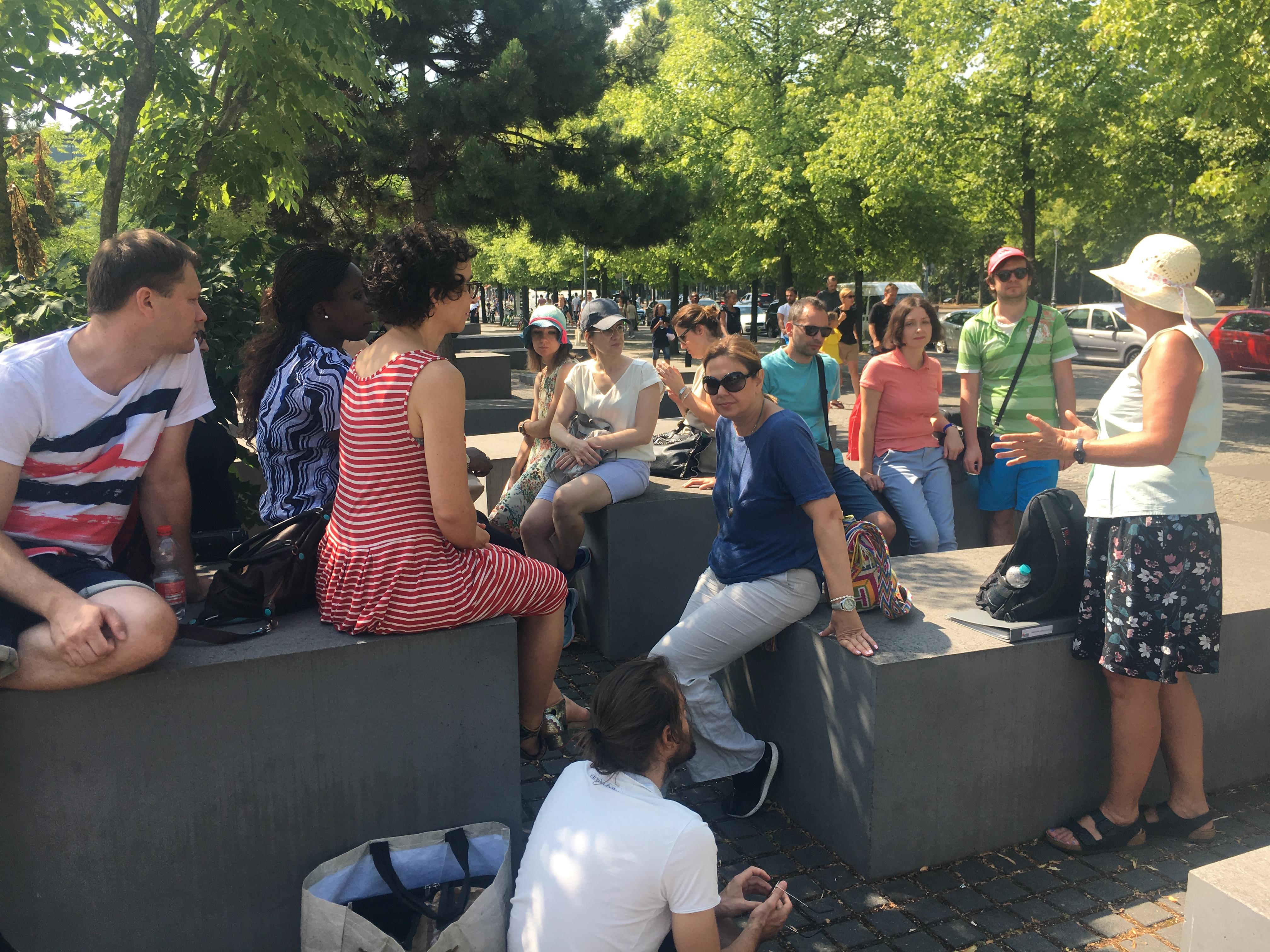 Die Teilnehmerinnen und Teilnehmer der Summer School während des Stadtrundgangs